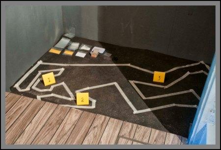 """""""Εγκατάσταση"""" με την αναπαράσταση ενός crime scene, που θα εκτίθεται μαζί με άλλα noir έργα κόμικ στο Abode έως τις 21 Ιουνίου."""