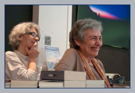 Από αριστερά, η Μαρία Παπαγεωργίου του βιβλιπωλείου