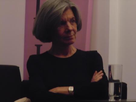 Η Τ. Δανέλλη παρακολουθεί με ενδιαφέρον τους ομιλητές...