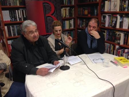 Ο Π. Γιαννουλέας παρουσιάζει τον τόμο, ενώ αριστερά του παρακολουθούν οι Γ. Παπαλυμπέρη και ο Γ. Ράγκος.