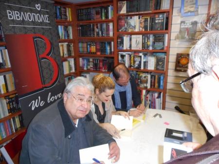 Οι συγγραφείς υπογράφουν τον τόμο...