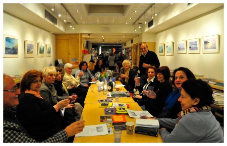 """Τα μέλη της Λέσχης Ανάγνωσης Αστυνομικής Λογοτεχνίας των εκδόσεων """"Μεταίχμιο"""". Δεξιά όρθιος, ο συντονιστής της Λέσχης και μέλος της Ε.Λ.Σ.Α.Λ. Αντώνης Γκόλτσος."""